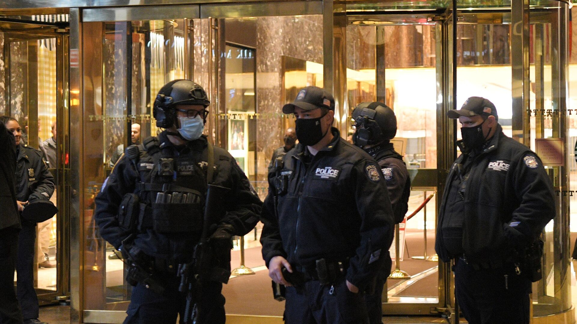 Сотрудники полиции у Башни Трампа в Нью-Йорке в день выборов президента США - РИА Новости, 1920, 04.11.2020