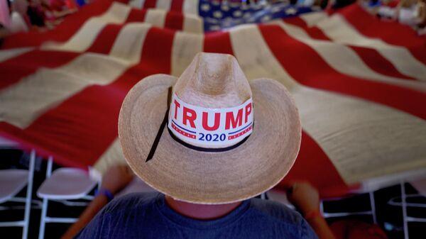 Сторонник Дональда Трампа с флагом США в Аризоне