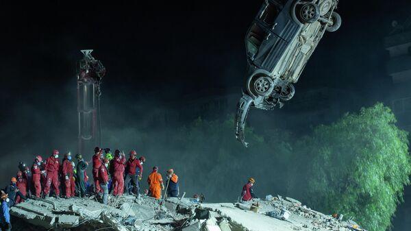Вытаскивание поврежденного автомобиля после землетрясения в Измире