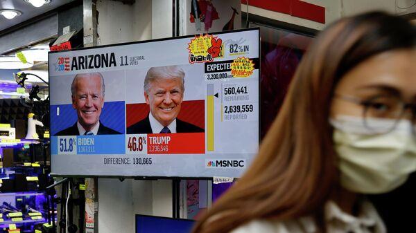 Новостной репортаж о президентских выборах в США на телеэкране в Гонконге, Китай