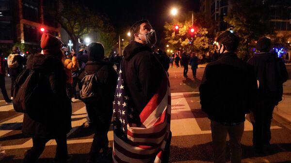 Демонстранты собираются на улицах возле Белого дома в ожидании результатов выборов