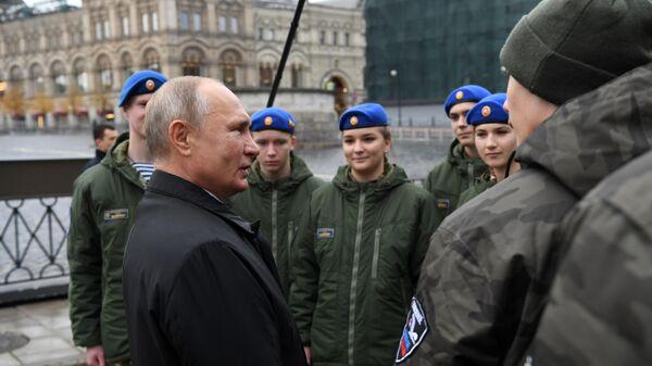 Владимир Путин общается с представителями молодежных организаций после церемонии возложения цветов к памятнику Кузьме Минину и Дмитрию Пожарскому