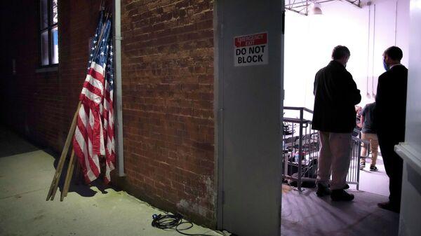 Американские флаги в Ночь выборов в Александрии, штат Вирджиния