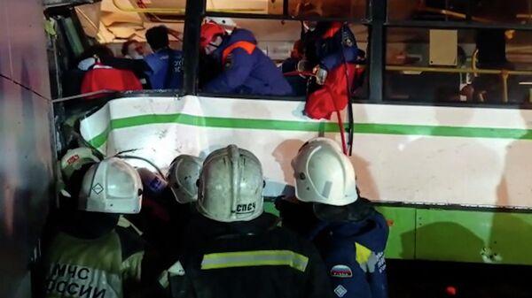 Спасатели работают на месте аварии с рейсовым автобусом в Новгороде