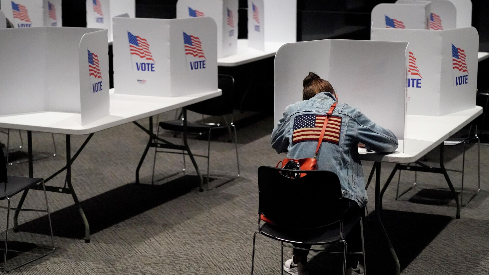 Женщина голосует на выборах президента США в Канзасе - РИА Новости, 1920, 01.08.2021