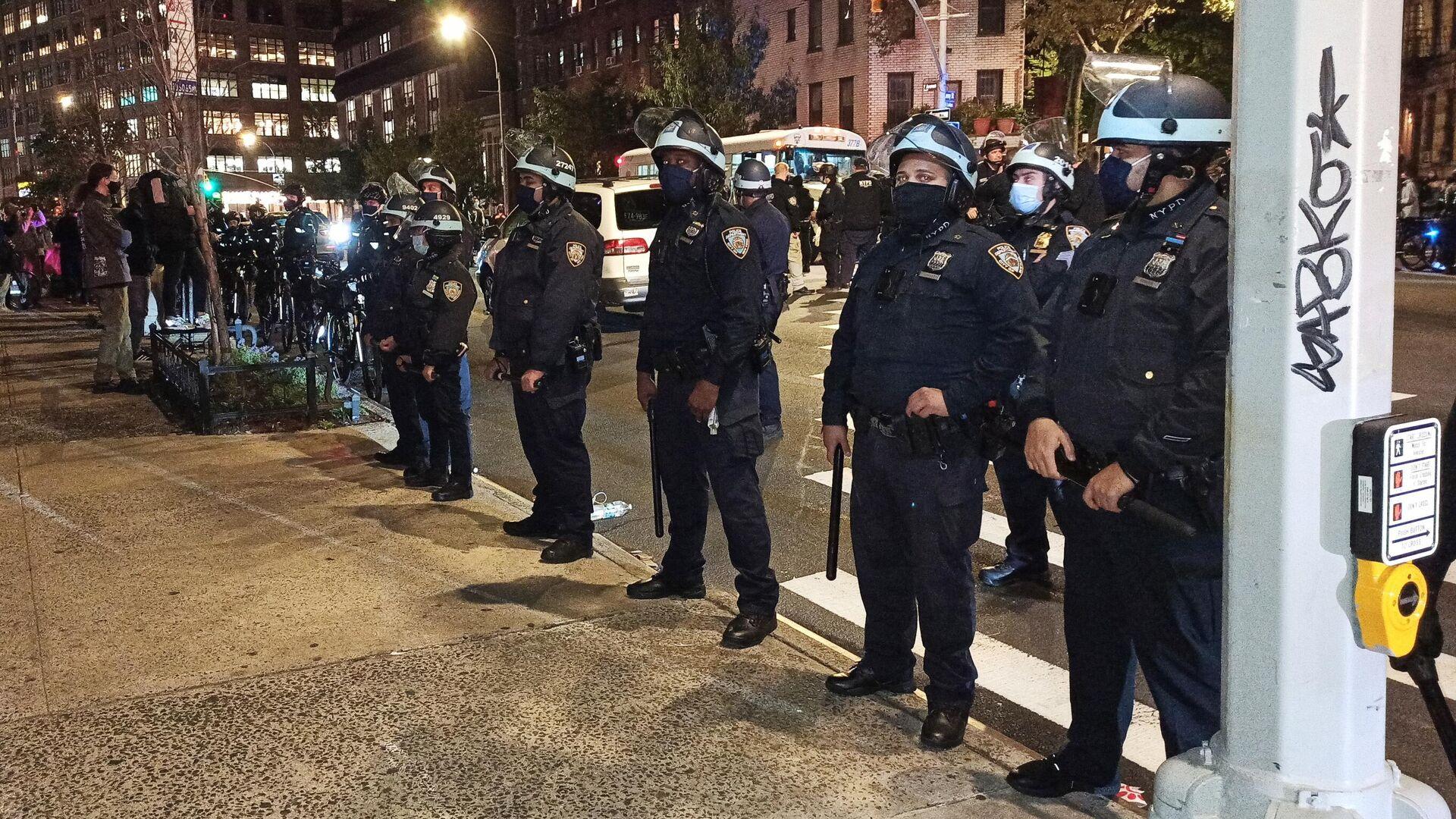 Сотрудники полиции на улице Нью-Йорка в ночь подсчета голосов на выборах президента США - РИА Новости, 1920, 05.11.2020