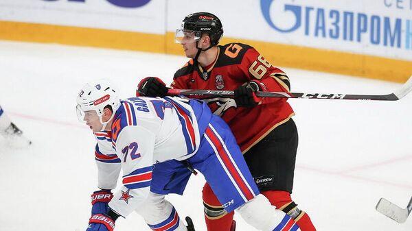 Хоккеист Авангарда Семен Чистяков (справа) в матче КХЛ против СКА