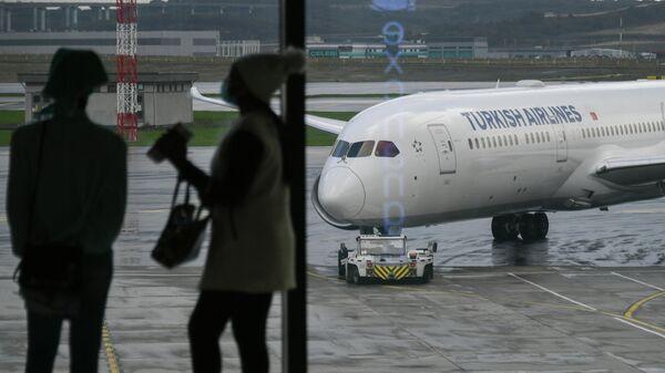 Самолет авиакомпании Turkish Airlines на перроне в Международном аэропорту Стамбул