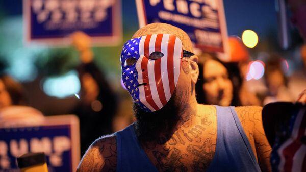 Сторонники президента Дональда Трампа во время акции протеста перед избирательным отделом округа Кларк в Лас-Вегасе