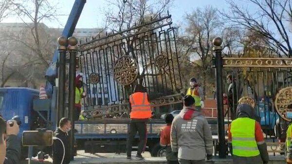 В Киргизии сносят забор вокруг здания парламента