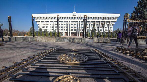 Демонтаж ограждений у здания парламента Киргизии в Бишкеке