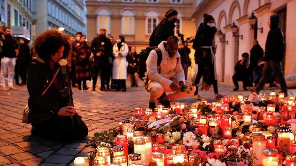Цветы и свечи на месте теракта в Вене, Австрия