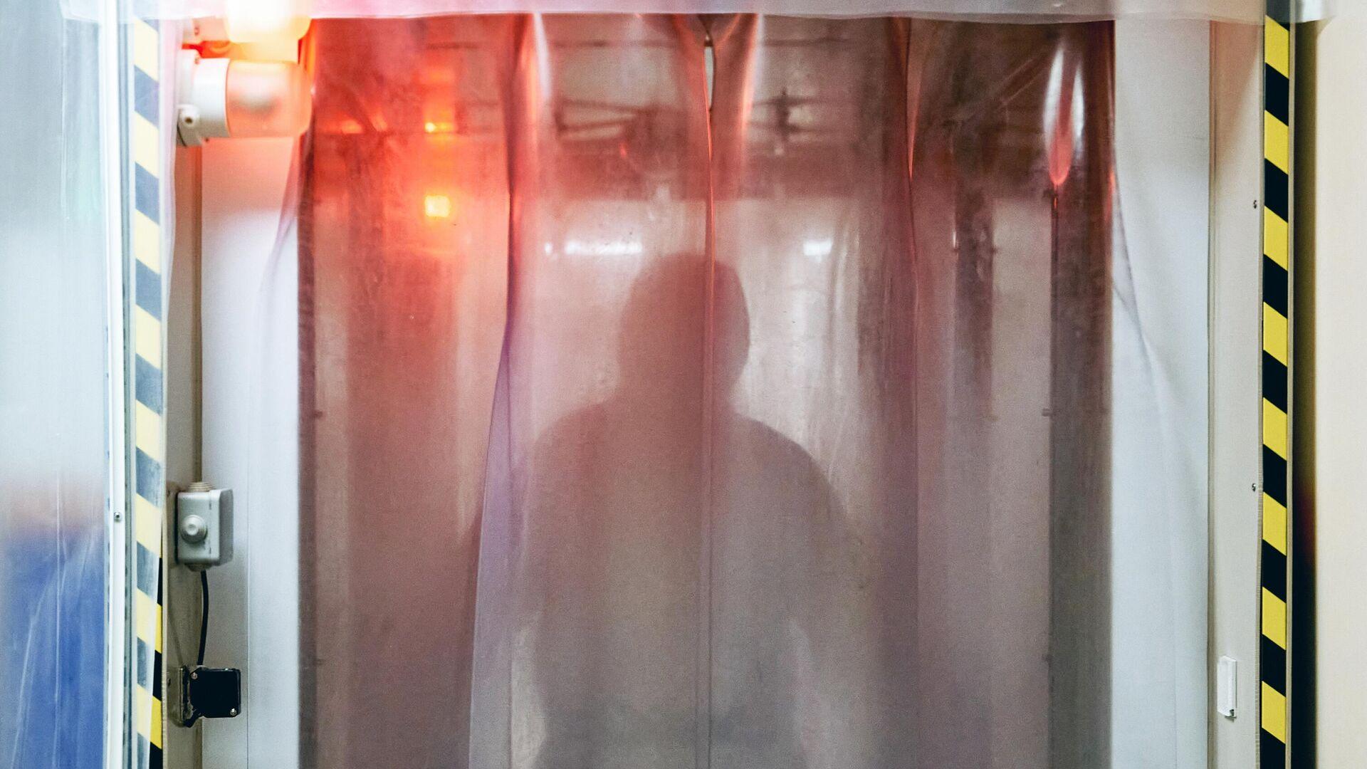 Врач проходит санобработку, чтобы выйти из красной зоны госпиталя COVID-19 - РИА Новости, 1920, 09.11.2020