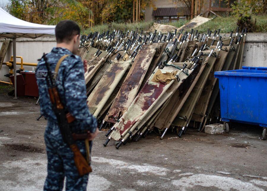 Носилки на территории городского морга в Степанакерте
