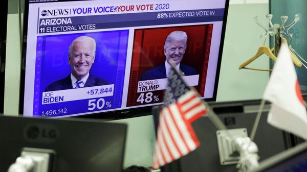Экран с предварительным подсчетом голосов на выборах президента США