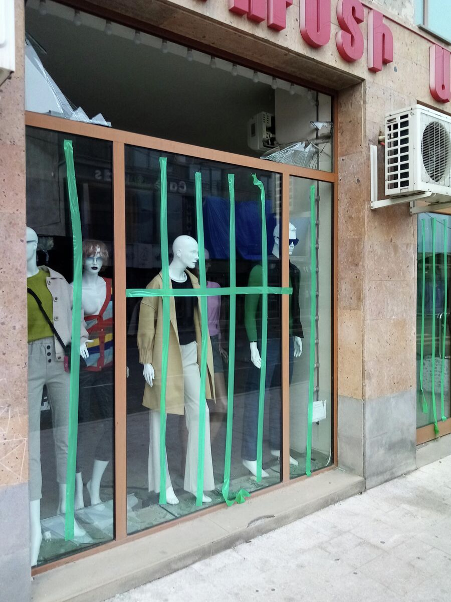 Выбитая витрина магазина в результате обстрела Степанакерта