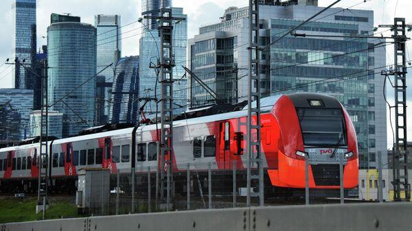 Электропоезд Ласточка и небоскребы делового центра Москва-сити