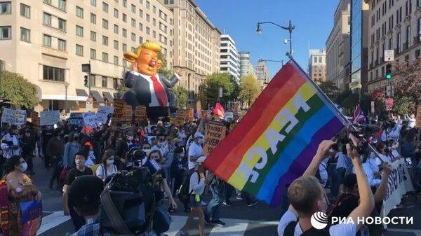 Протестующие в Вашингтоне несут надувного Трампа
