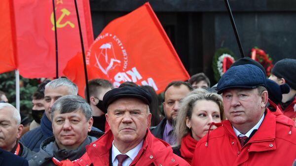 Руководитель фракции КПРФ Геннадий Зюганов и член партии КПРФ Владимир Кашин на церемонии возложения цветов к Мавзолею