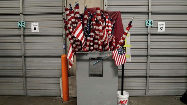Американские флаги на избирательном участке в Лас-Вегасе
