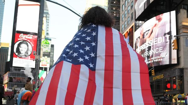 Люди на одной из улиц в Нью-Йорке после новостей о победе на выборах президента США кандидата от Демократической партии Джозефа Байдена