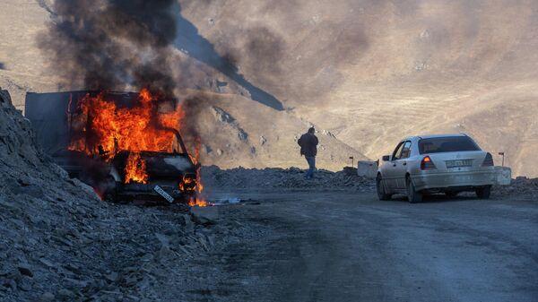 Горящий автомобиль на горной дороге в районе города Карвачар