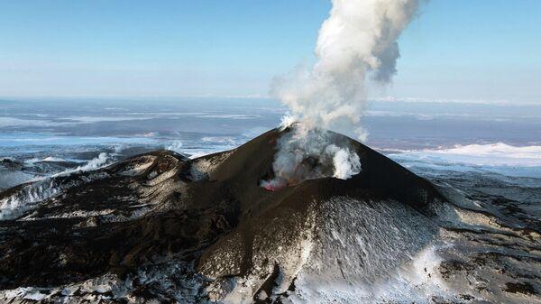 Извержение побочного прорыва вулкана Плоский Толбачик на Камчатке