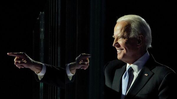 Джо Байден выступает перед избирателями после того, как СМИ объявили, что он победил на выборах в США