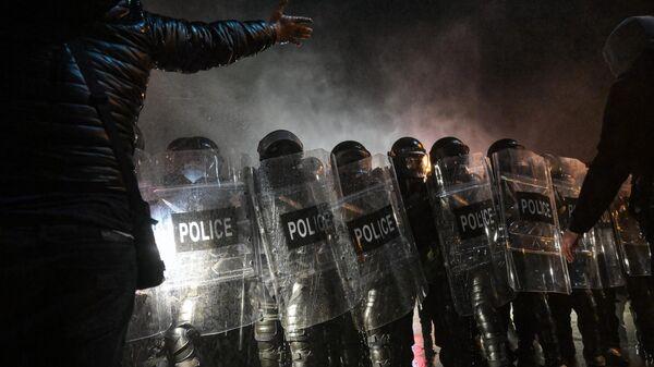 Полицейские и участники акции оппозиции в Тбилиси