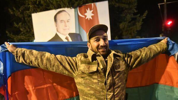 Мужчина радуется прекращению огня в Нагорном Карабахе