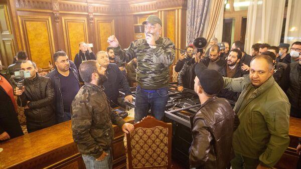Участники акции протеста в одном из залов в здании парламента Армении в Ереван