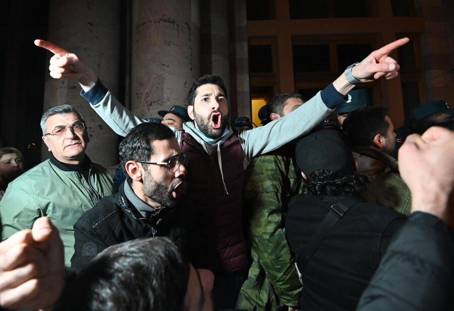 Участники акции протеста у здания парламента Армении в Ереване