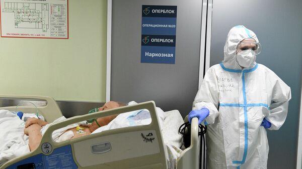 Медицинский работник и пациент в ковид-госпитале в городской клинической больнице No15 имени О. М. Филатова в Москве