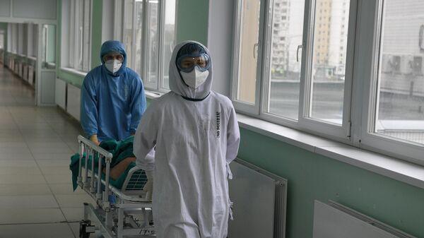 Медицинские работники и пациент в операционной ковид-госпиталя, организованного в городской клинической больнице No15 имени О. М. Филатова в Москве