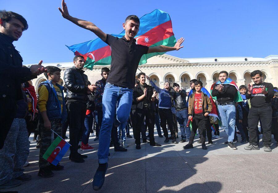 Люди на улице в Баку после объявления условий соглашения по Карабаху