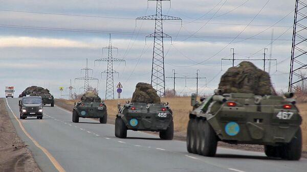Выдвижение колонны с техникой миротворческой бригады на аэродром Ульяновск-Восточный. Кадр видео
