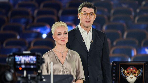 Актеры Дарья Мороз и Сергей Епишев во время онлайн-трансляция церемонии награждения театральной премии Золотая маска
