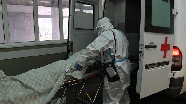 Медицинский работник принимает пациента в ковид-госпитале, организованном в городской клинической больнице №15 имени О. М. Филатова в Москве