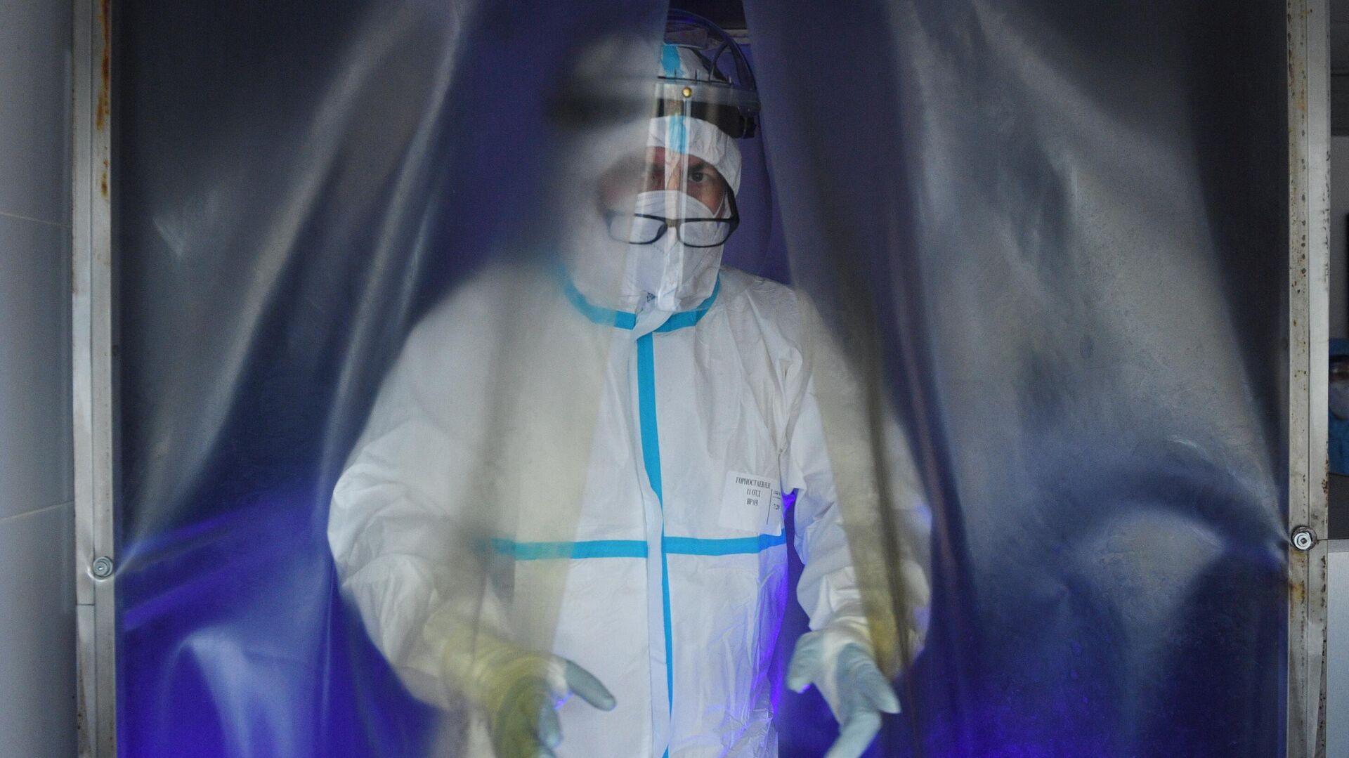 Медицинский работник в отделении дезинфекции госпиталя COVID-19 городской клинической больницы №15 имени О. М. Филатова в Москве - РИА Новости, 1920, 09.10.2021