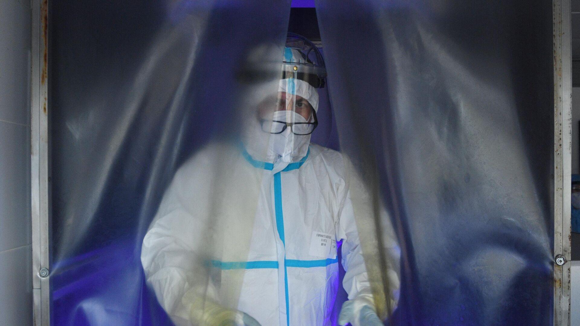 Медицинский работник в отделении дезинфекции госпиталя COVID-19 городской клинической больницы №15 имени О. М. Филатова в Москве - РИА Новости, 1920, 17.11.2020