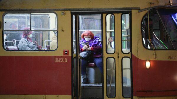Пассажиры трамвая в защитных масках в Екатеринбурге