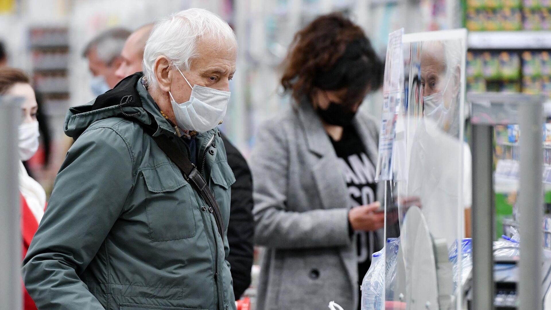 Люди в медицинских масках в ТЦ Южная Галерея в Симферополе - РИА Новости, 1920, 06.02.2021