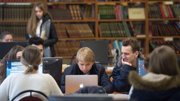 Студенты в библиотеке национального исследовательского ядерного университета МИФИ в Москве
