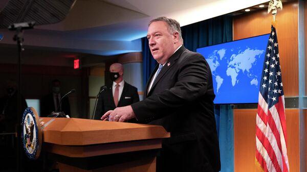Госсекретарь США Майк Помпео проводит брифинг для представителей СМИ в Вашингтоне