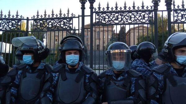 Сотрудники полиции у здания парламента Армении в Ереване