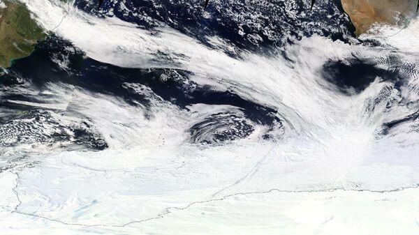 Полоса облаков теплого атмосферного течения, прослеживающаяся от Южной Америки до Антарктиды. Снимок 16 сентября 2017 года