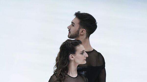 Габриэлла Пападакис и Гийом Сизерон (Франция) выступают с произвольной программой в танцах на льду на чемпионате Европы по фигурному катанию.