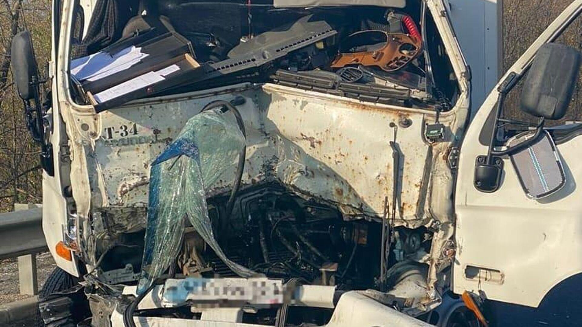 Грузовик Hyundai столкнулся с патрульной машиной ДПС в Минераловодском городском округ - РИА Новости, 1920, 02.05.2021