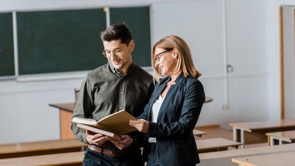Преподаватель и студент в аудитории университета