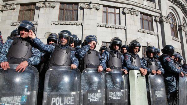Сотрудники правоохранительных органов во время митинга оппозиции на площади Свободы в Ереване